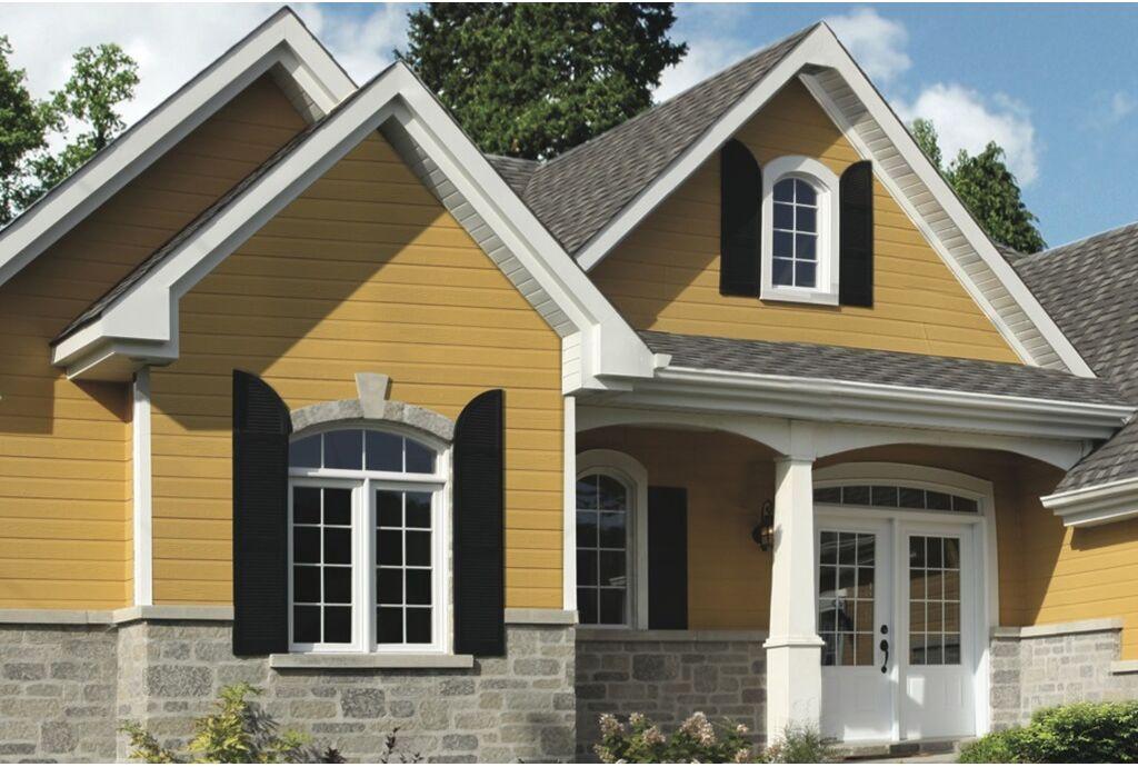 Комбинирование винилового сайдинга и фасадных панелей при отделке загородного дома
