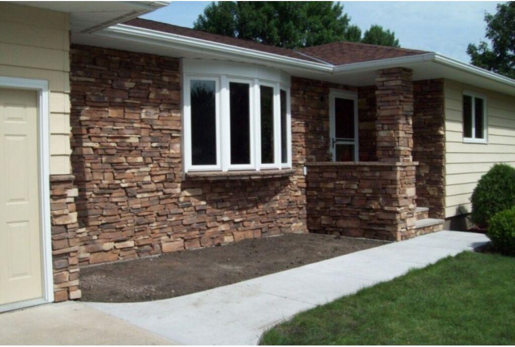 Отделка фасада загородного дома камнем: монтаж и особенности технологии